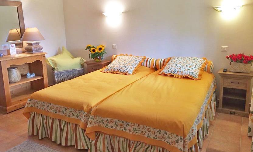 bed and breakfast le grand jardin in lafare avignon et provence. Black Bedroom Furniture Sets. Home Design Ideas