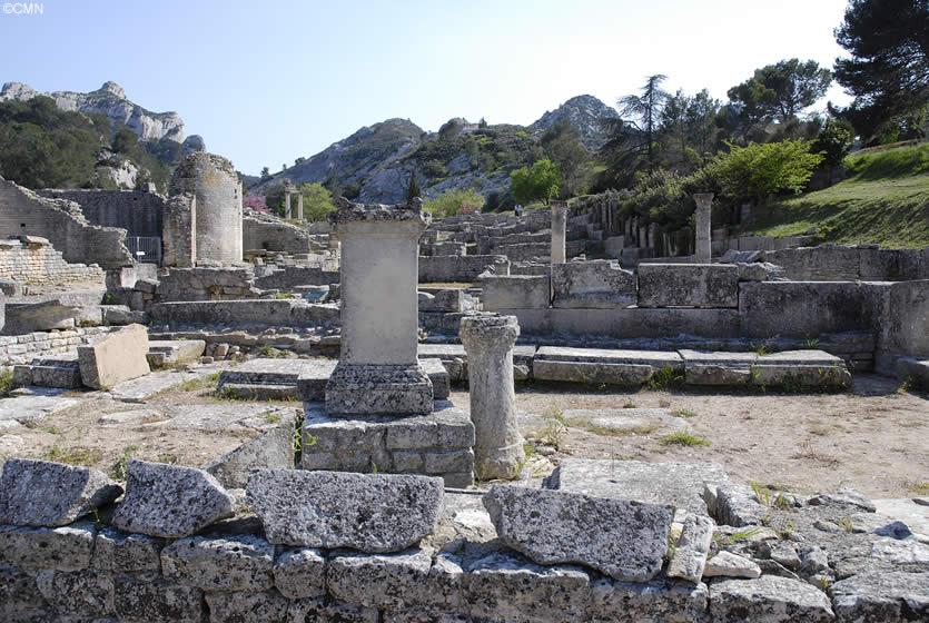 the ancient roman city of glanum in saint remy de provence avignon et provence. Black Bedroom Furniture Sets. Home Design Ideas