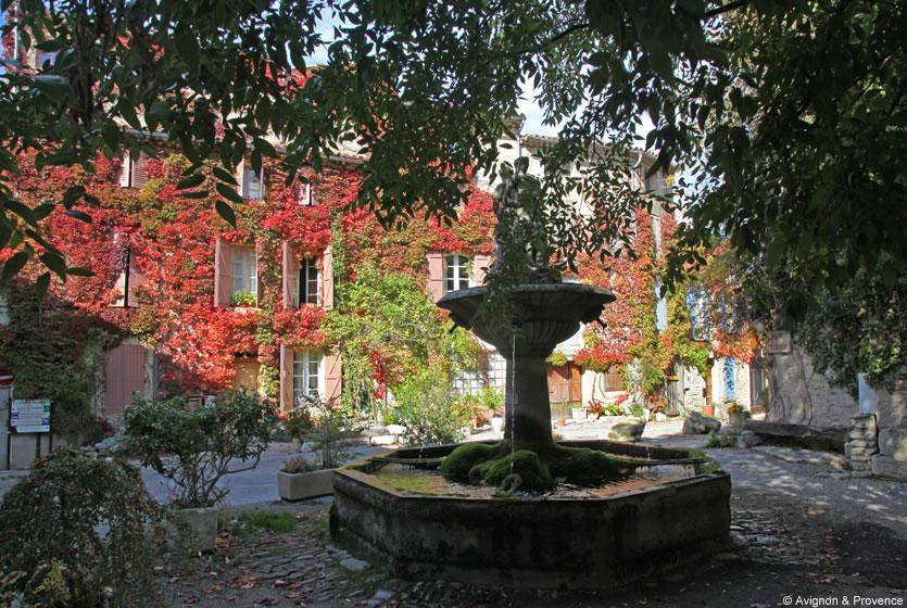 Tourisme saignon visitez saignon village perch du - La maison de la place saignon ...